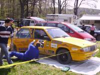 gelber-volvo-9-beim-reparieren.jpg
