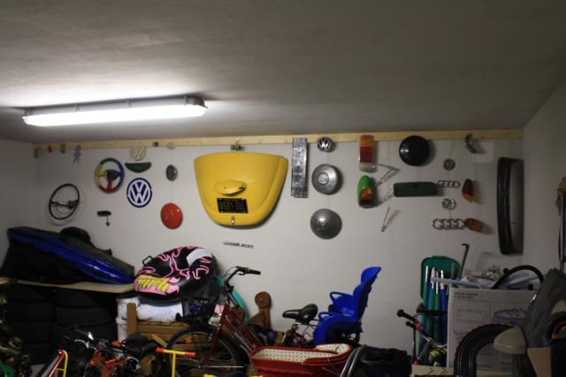 vw-kafer-ersatzteile-in-der-garage-wand.JPG