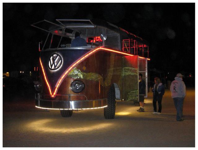 vw-bus-t1-samba-riese-beleuchtet-in-der-nacht.jpg