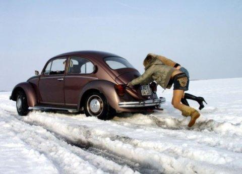 vw-kafer-im-schnee-winter-steckengeblieben-frauen-schieben-an.jpg