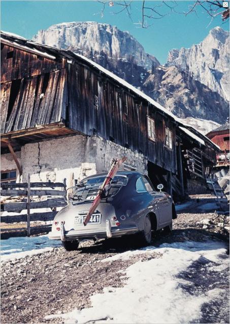 porsche-356-mit-skier-bei-einem-alten-bauernhof-in-den-bergen.jpg