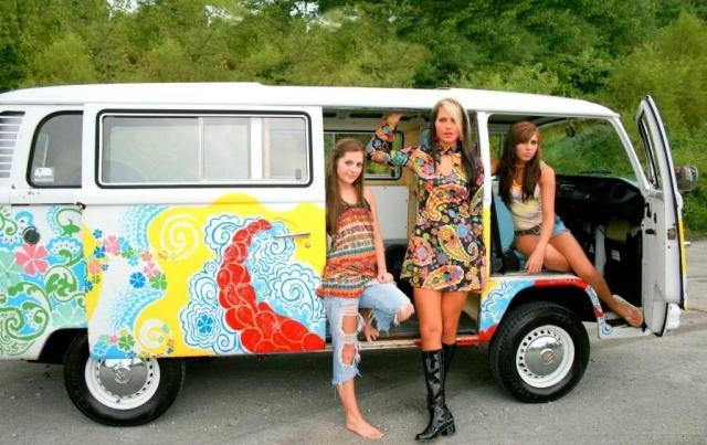 vw-bus-flower-power-hippie-mit-girlies.jpg