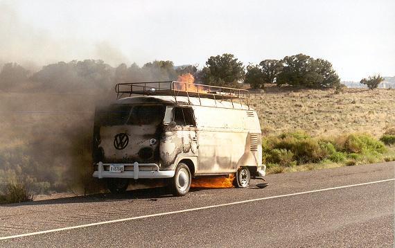 vw-bus-t1-kastenwagen-brennt-lichterloh.jpg
