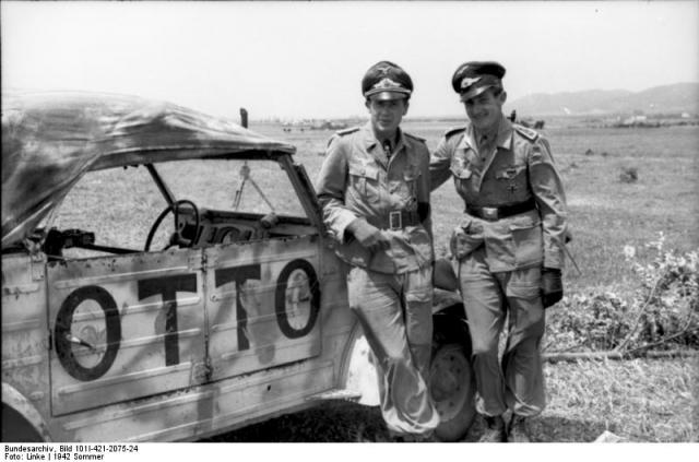 hans-joachim-marseille-und-feldwebel-der-luftwaffe-vw-kubelwagen-otto-nord-afrika-21-06-1942.jpg