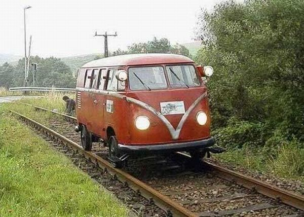 vw-bus-t1-zug-auf-schienen.jpg