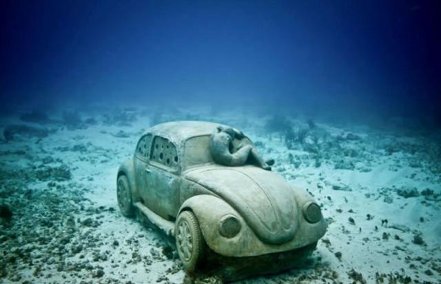 vw-betonkafer-skulptur-jason-decaires-tylor.jpg