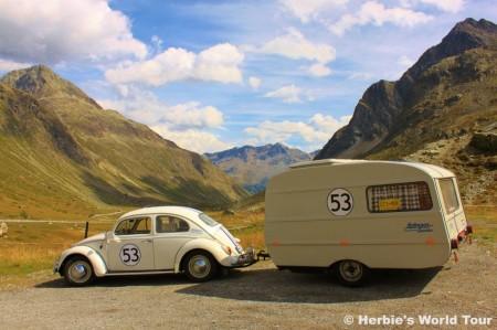 VW Käfer Herbie mit QEK Wohnwagenanhänger