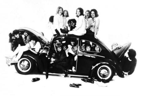 Wieviele Leute passen in einen VW Käfer