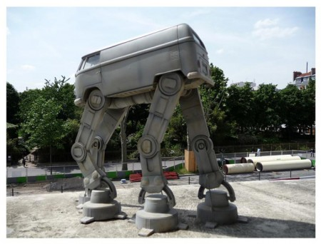 VW Bus Roboter Statue