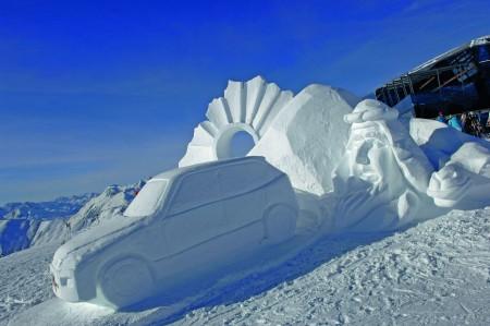 Volkswagen Modelle aus Schnee und Eis in den Ischgler Bergen/Die Skulptur ?T(w)ouareg? wurde beim diesjaehrigen Schneeskulpturen-Wettbewerb in Ischgl mit dem ersten Platz ausgezeichnet.