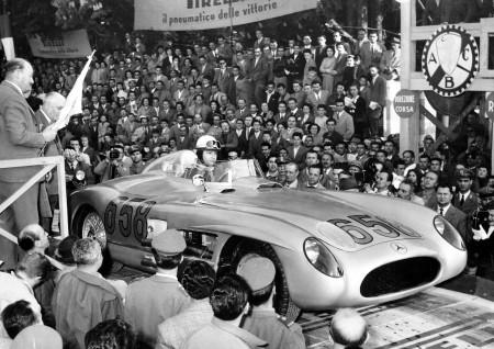 Juan Manuel Fangio (Startnummer 658) kurz vor dem Start zur Mille Miglia 1955 im Mercedes-Benz Typ 300 SLR Rennsportwagen.