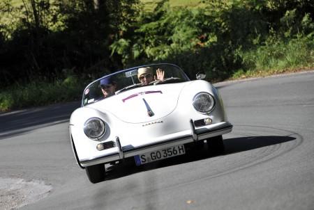 Elena Uhlig und Fritz Karl im Porsche 356 Speedster