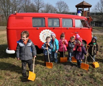 Spatenstich für Bulli-Garten VW Bus T1 Feuerwehr Kinder